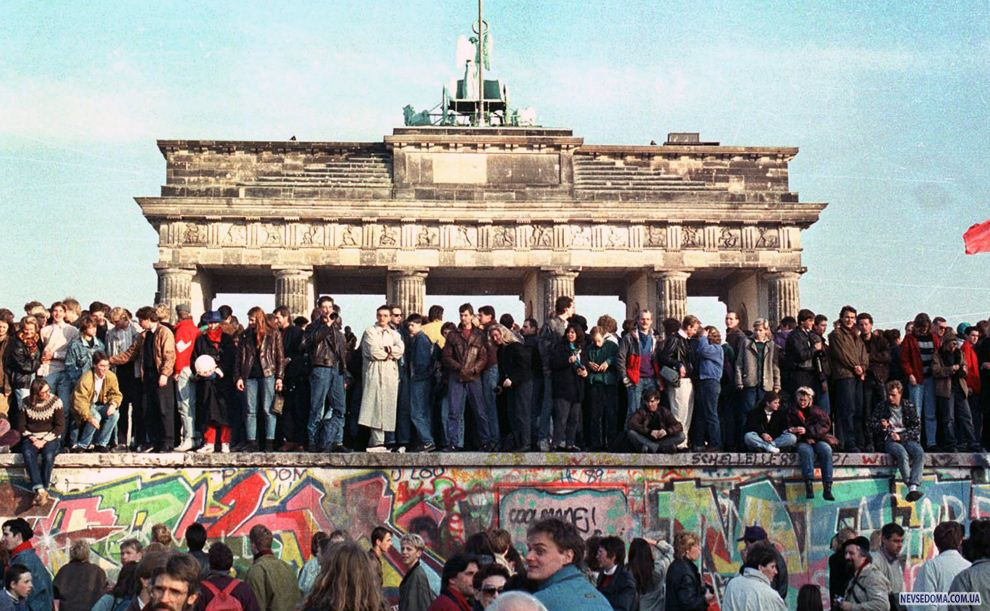 a history of the berlin wall Years after the berlin wall fell on november 9, 1989, and germany was reunified, a case was opened concerning the death of egon schultz his autopsy report had been disappeared by the stasi in an effort to cover up the incident, but the case found that the fatal shot had been fired by a border soldier.
