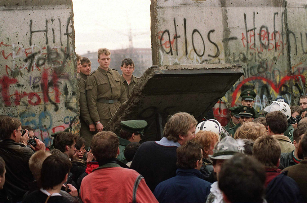 history outline of the berlin wall Berlin crisis of 1961: berlin crisis of 1961, cold war conflict between the soviet union and the united states concerning the status of the divided german city of berlin it culminated in the construction of the berlin wall in august 1961 in 1948, when the soviet union's blockade of berlin.